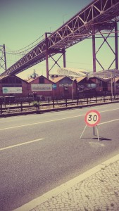 Sous le pont dans le quartier des docks à Lisbonne